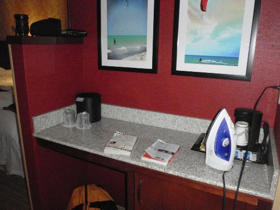 Courtyard by Marriott Maui Kahului Airport: Little kitchenette area with refrigerator below