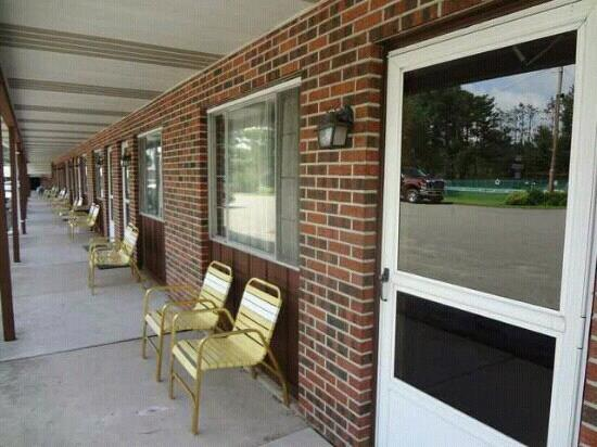 Sullivan Trail Inn & Suites: outside the rooms