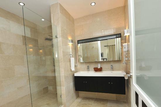 ووترمارك لوكشري أوشن فرونت أول سويت هوتل: Master Bath