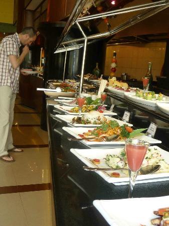 Al Raha Beach Hotel: buffet
