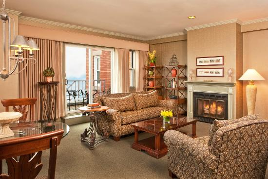 Sheraton Portsmouth Harborside Hotel: Ports of Call Suite Living Area