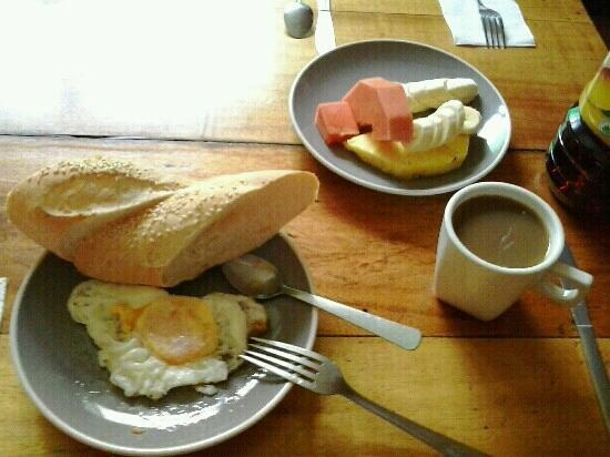 Casa Ridgway Hostel: a typical generous breakfast 