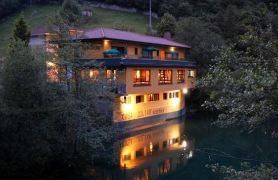 Panes, Spain: Vista del Hotel-Restaurante Casa Julián desde el río Cares.