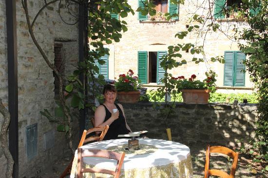 Relais La Torre: Hyggelig gårdhave