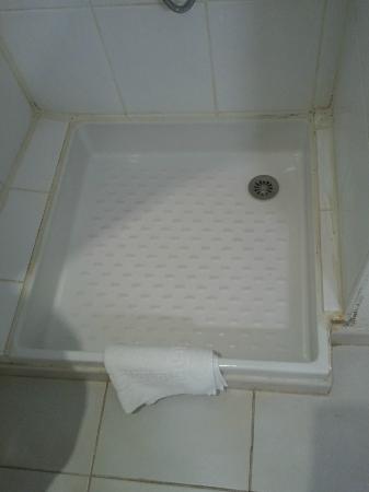 Hotel des Remparts: Crooked shower plus mould