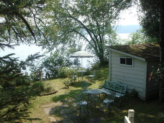 B & B Villa Massawippi : Garden and beach