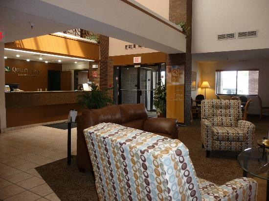 Quality Inn: Lobby with view of front desk
