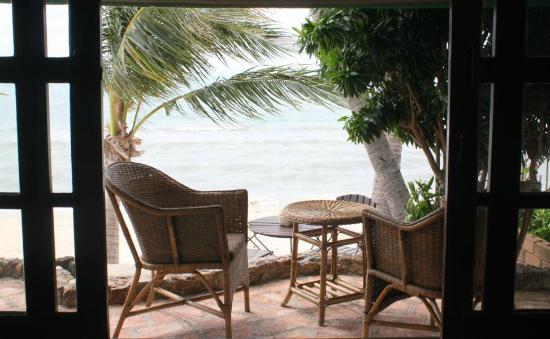 Secret Garden Beach Resort: Blick vom Bungalow auf das Meer