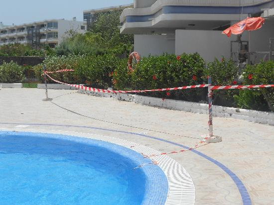 Tamaran Apartments : pool area