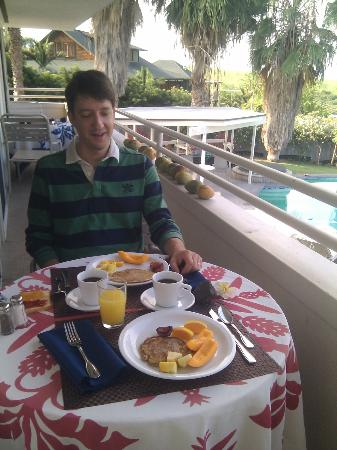 Luana Inn: Yummy breakfast, w/ homegrown pineapples and papayas!