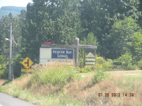 Sequim Bay Lodge: hwy view sign