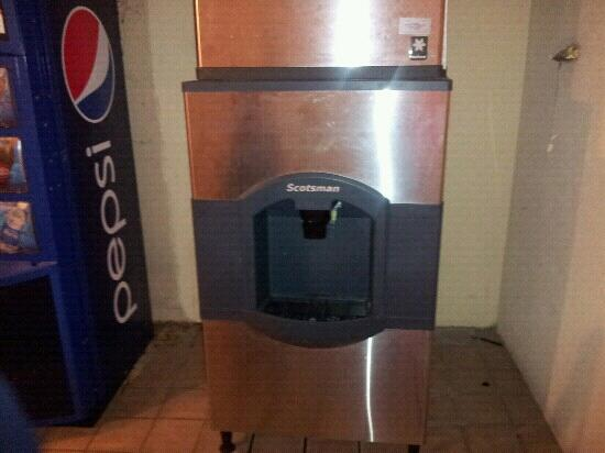 Red Roof Inn Birmingham South: 1 ice machine for 3 floors( no fridge in our 2 rooms)