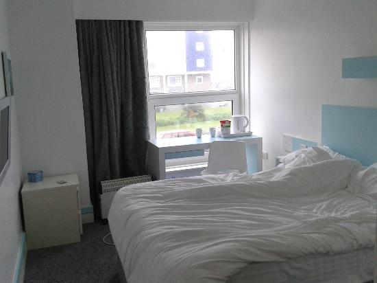 The Big Sleep Hotel Eastbourne by Compass Hospitality: 1st Floor room to the side of the hotel