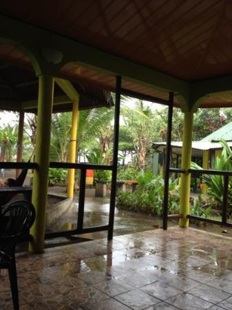 Cabinas El Icaco Tortuguero: the breakfast area, hammocks to the left