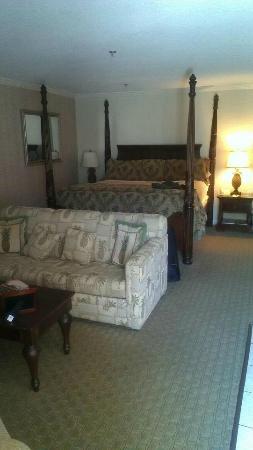 Avenue Inn & Spa: Huge bed