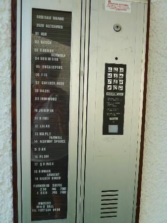 Rosedale Manor: Die Liste der Telefonnummern am Hotel - und das kaputte Telefon (ohne Hinweis, dass es nicht geh
