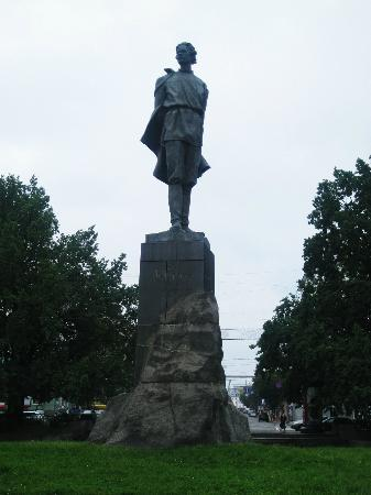 Bolshaia Pokrovskaia Street: the monument to M. Gorky