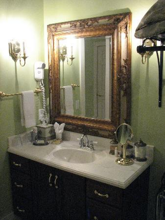 Bellaire Bed and Breakfast: Vanity.