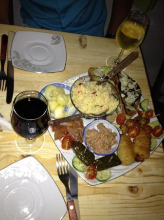 LA VIGNE WINE BAR & FOOD: assiette pour 2 (pikalia)
