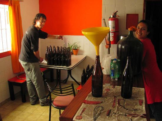 The House Hostel, Resto & Bar : Haciendo nuestra cerveza casera
