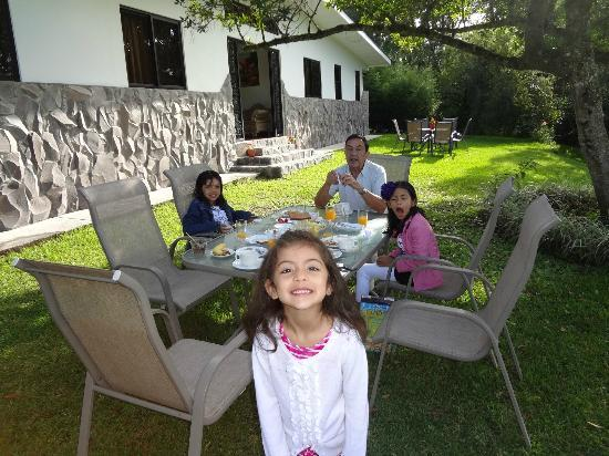 Hotel Refugio de Montana: Eating breakfast on the backyard