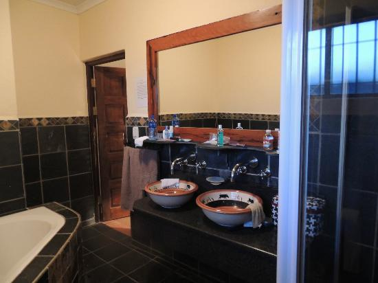 Zulu Nyala Game Lodge: Bathroom