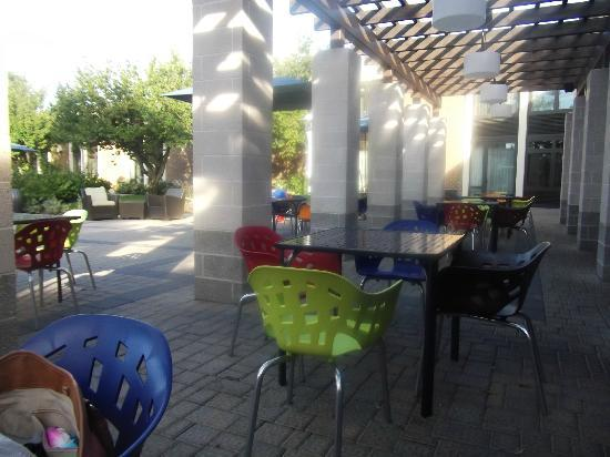 ‪هوتل إنديجو إيست إند: Outdoor dining area