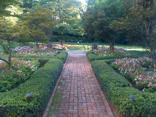 Duke Mansion Bed and Breakfast: Garden