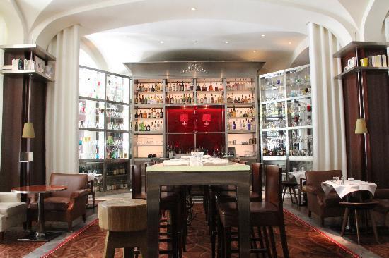 Beautiful chandelier hallway picture of le royal monceau for Restaurant le jardin royal monceau