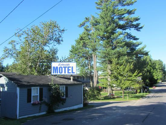 Lakeside Motel & Cabins: Just a little off the road, noise is not a problem.