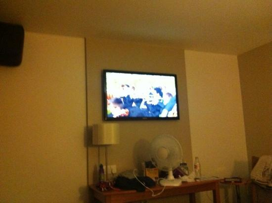 Premier Inn Tamworth Central Hotel: Large plasma tv in a quad room
