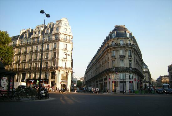 Paris, Frankrig: Interesting forms of buildings and beautiful facades