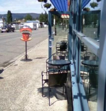 Bean Counter Bistro & Coffee Bar: Outside seating and sign