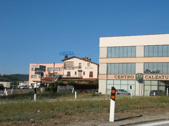 Hotel Ristorante Sanremo: Hotel Sanremo Vista dall'uscita Autostrada A6