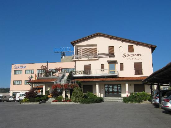 Hotel Ristorante Sanremo: Hotel Sanremo Vista  dal piazzale Via Garessio