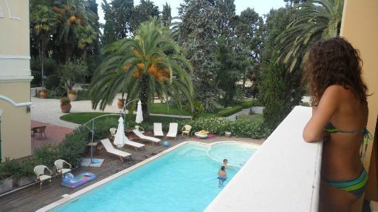 Villa Rosella Resort : la piscina ed il parco