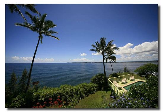 Hale Kai Hawaii Bed & Breakfast: View of the Pacific Ocean and Hilo Bay