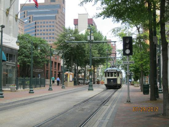 Residence Inn Memphis Downtown: View of trolley line in front of Residence Inn Downtown Memphis