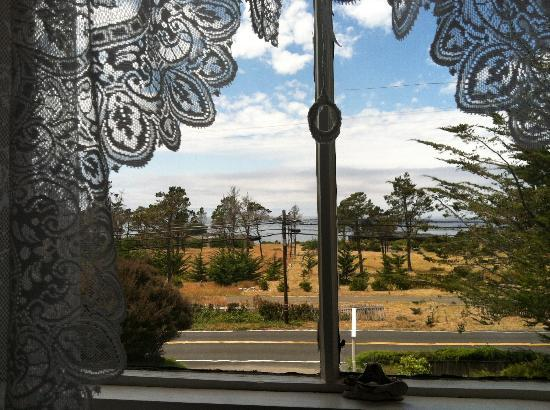 Dennen's Victorian Farmhouse: View to the Pacific Ocean from our room.