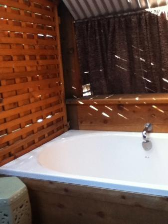 Eden Vale Inn: Soaking tub on our private patio
