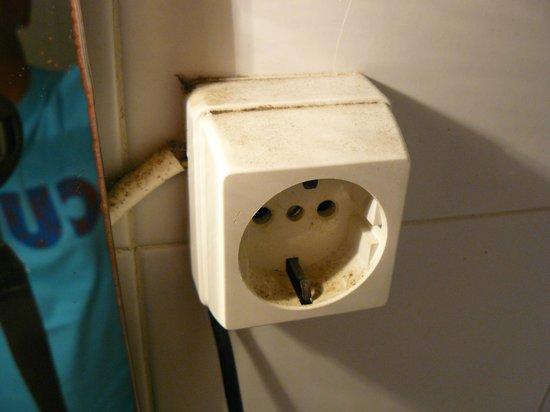Colina do Mar Hotel : Fili scoperti, prese elettriche sporchissime di grasso.