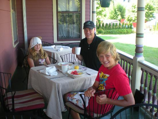Villa Park House: Wonderful breakfasts on the porch1