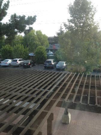 Sheraton Palo Alto Hotel: View from room, parking lot & train passing
