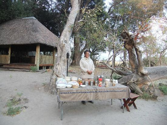 Kwara Camp - Kwando Safaris: breakfast around the fire