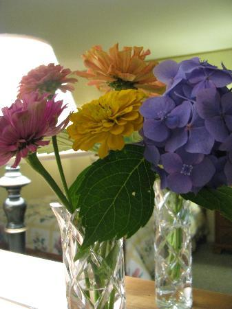Carriage Corner Bed and Breakfast: Fresh Flowers