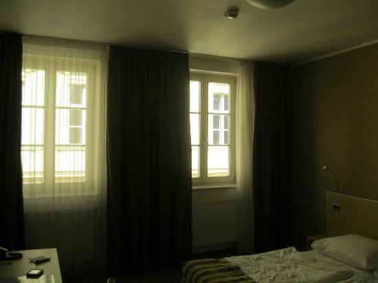 Hotel Pav: bedroom windows