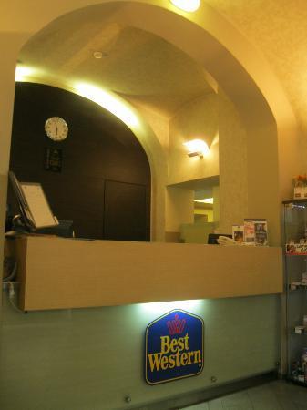 BEST WESTERN Hotel Pav: front desk