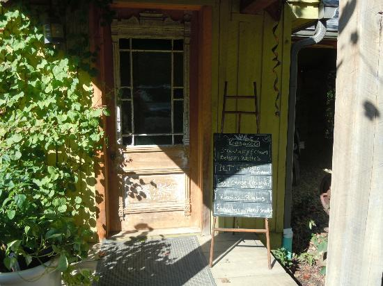 Robinwood Inn: Cute entrance to the dining room with menu on chalkboard.
