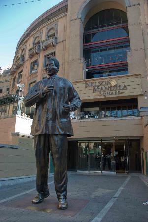Nelson Mandela Square: The man himself!