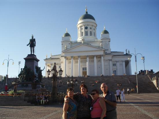 Paulo's Tours: The giant Lutheran Church with the statue of Czar Alexander I